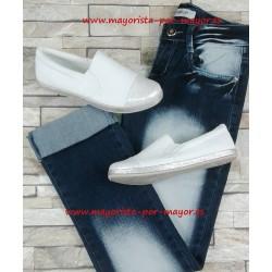 Zapatillas planas blancas y...